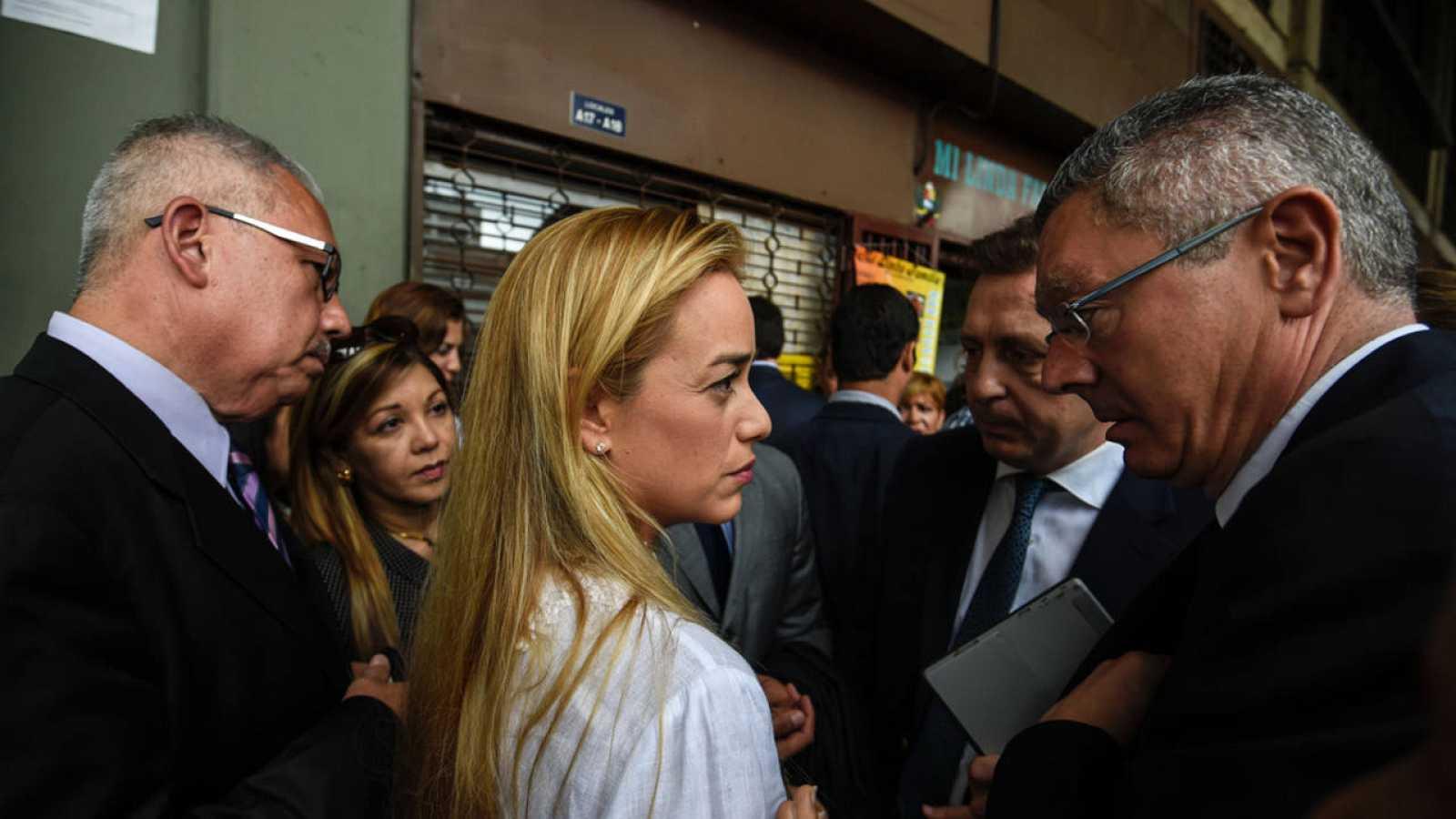 El exministro de Justicia Alberto Ruiz Gallardón (d) junto a la mujer del opositor Leopoldo López, Lilian Tintori (c)
