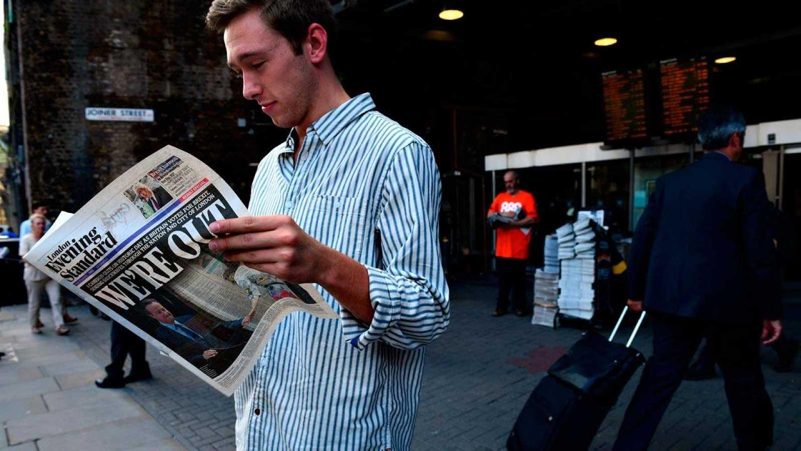 Un londinense ojea el periódico tras la victoria del 'Brexit'