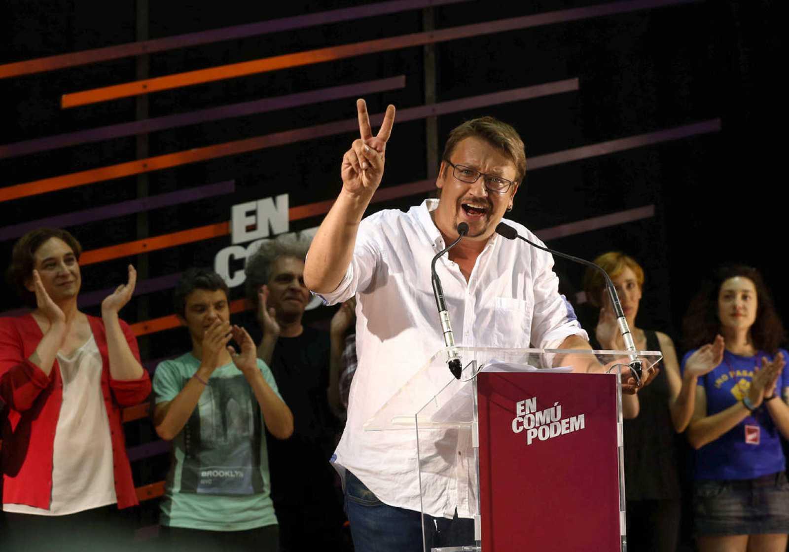 El candidato de En Comú Podem, Xavier Doménech, y los dirigentes de la formación, entre ellos la alcaldesa de Barcelona, Ada Colau, celebran su victoria en Cataluña.