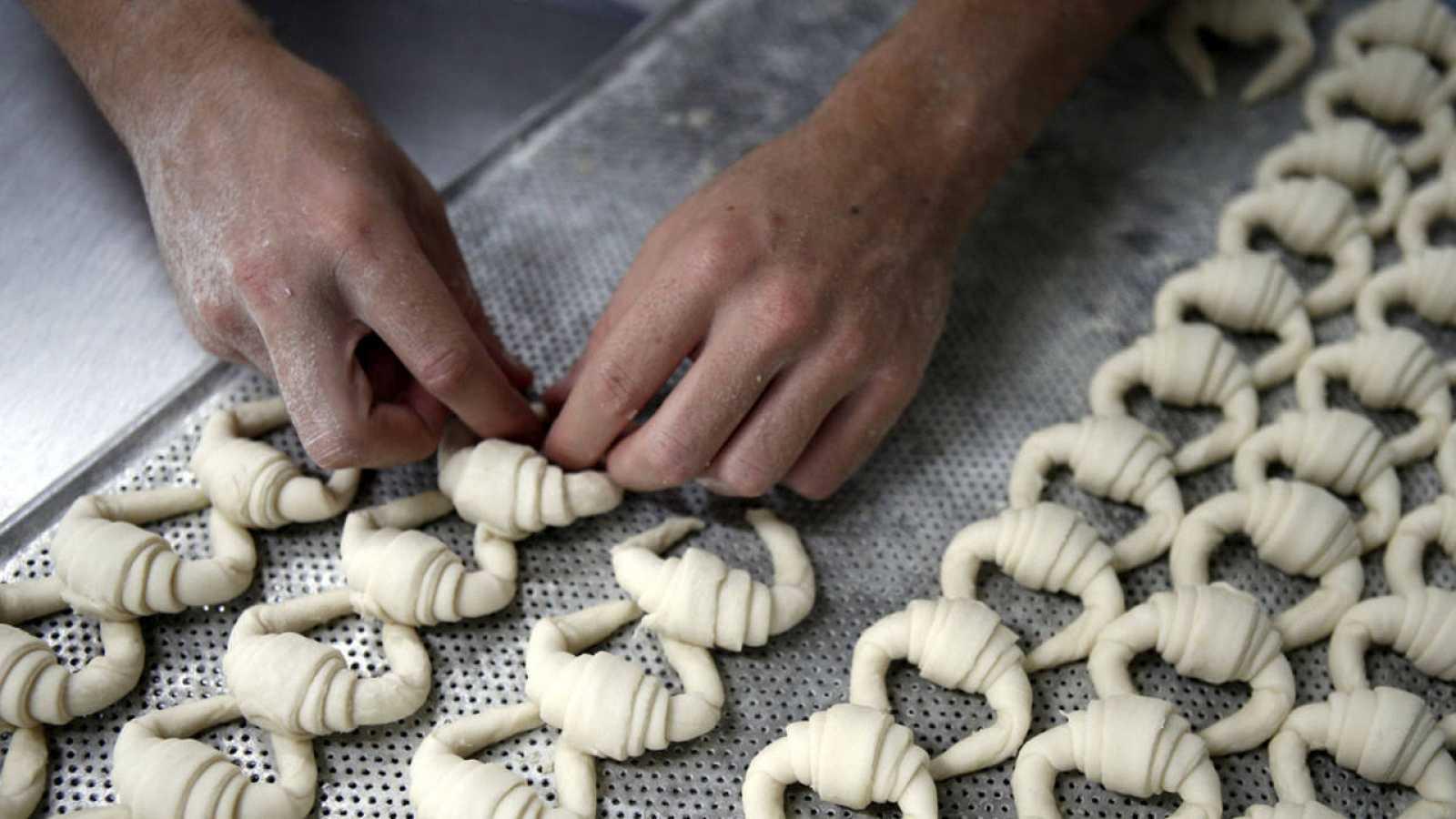 Un empleado de un obrador elaborando dulces