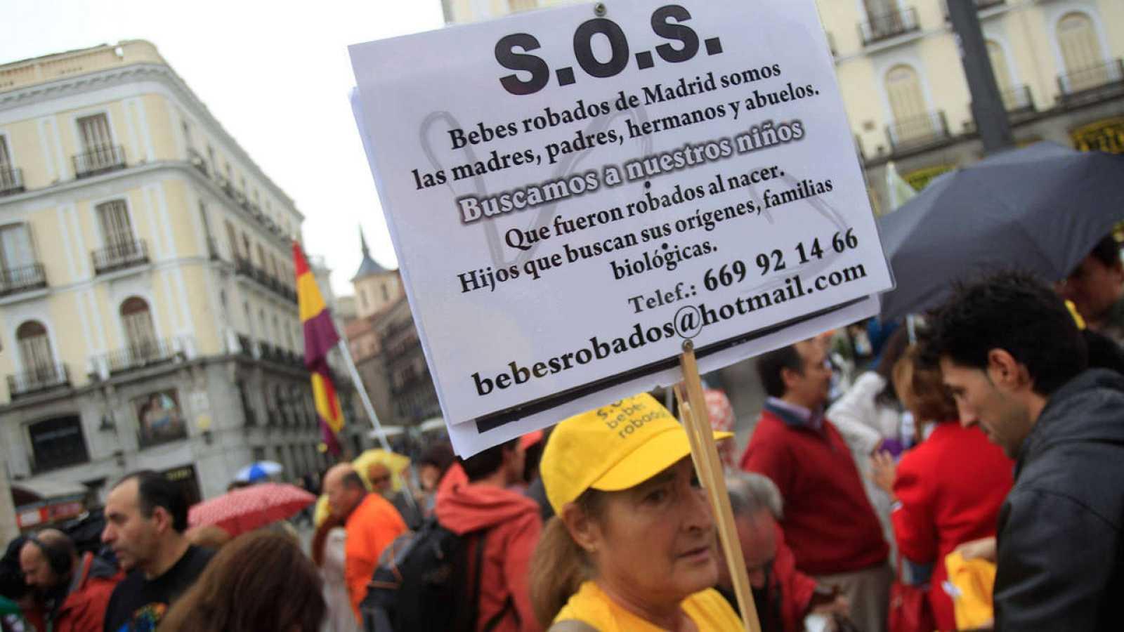 Manifestación en octubre de 2013 en Madrid para protestar por el archivo de algunos casos de niños robados