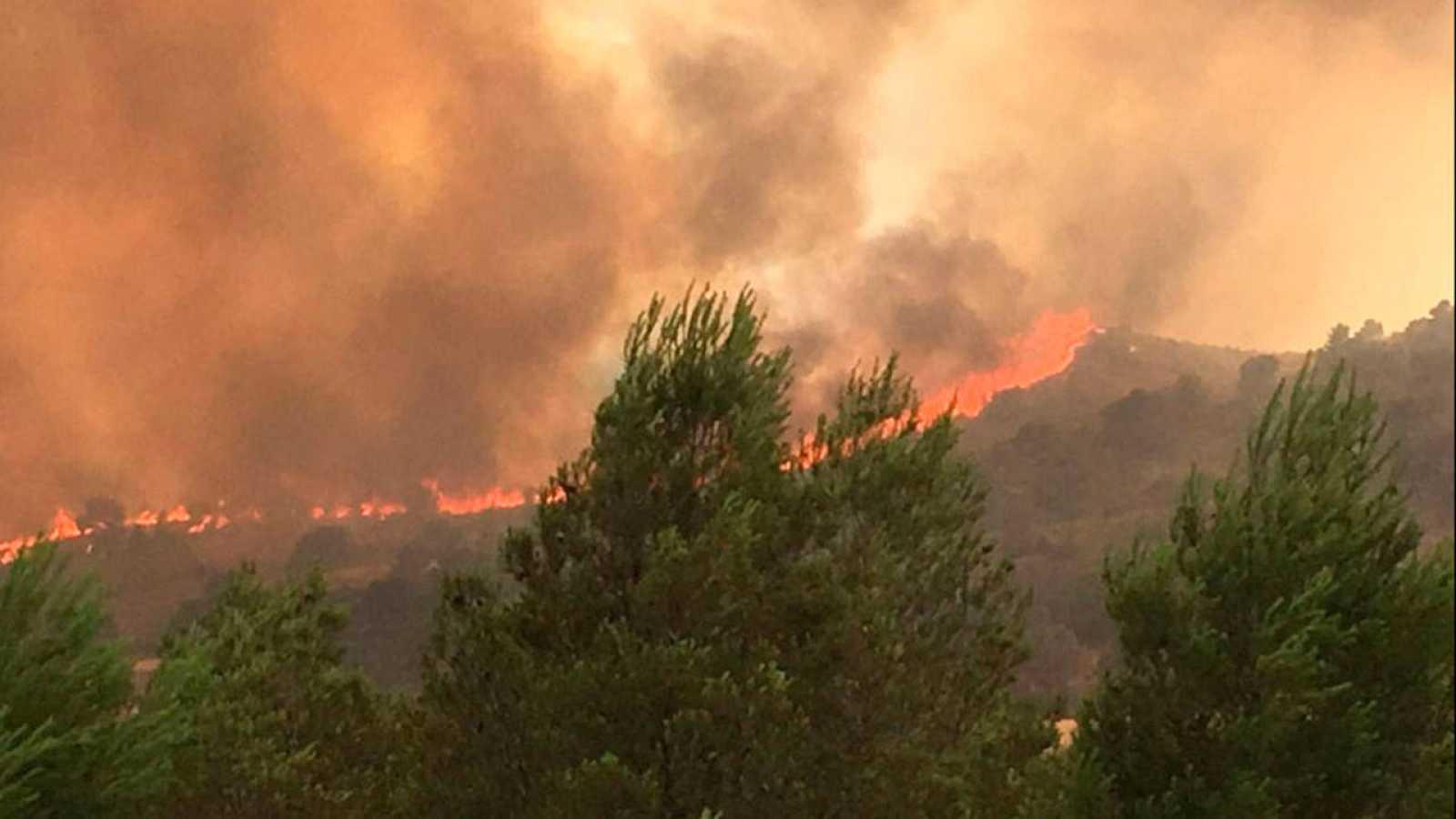 Trabajos de extinción del incendio declarado en la localidad de Liétor, en Albacete