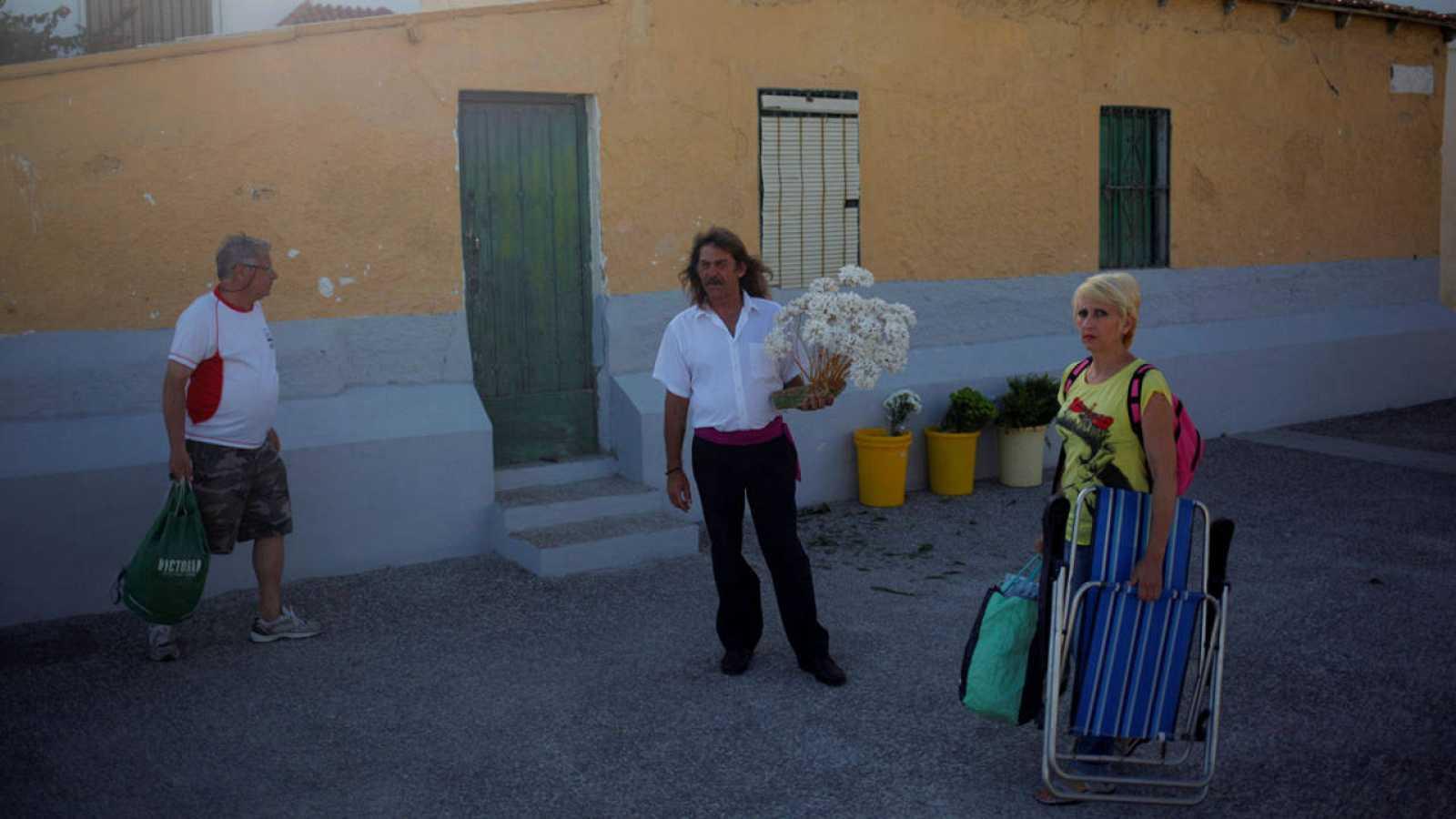 Un vendedor de flores y dos veraneantes en Málaga