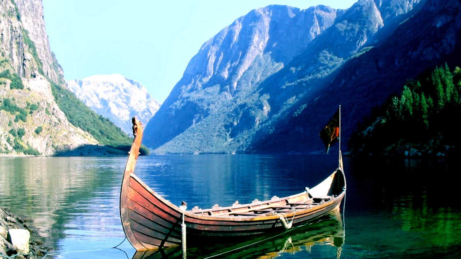Imagen de un drakkar fondeado en un fiordo noruego.