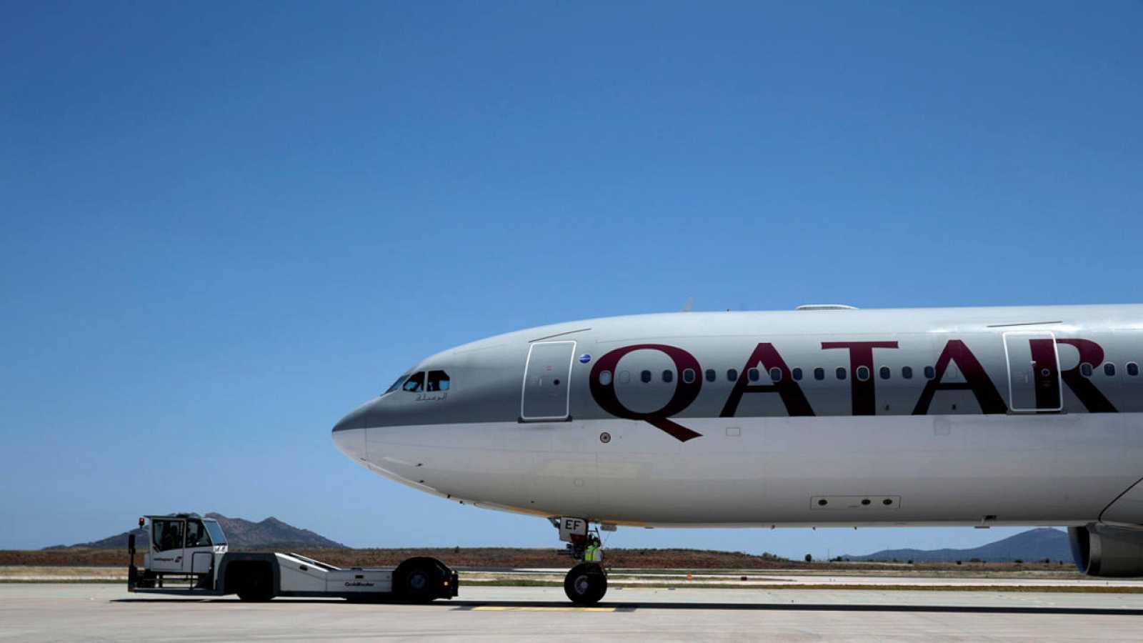 Un avión de Qatar Airways en el Aeropuerto Internacional Eleftherios Venizelos de Atenas, Grecia