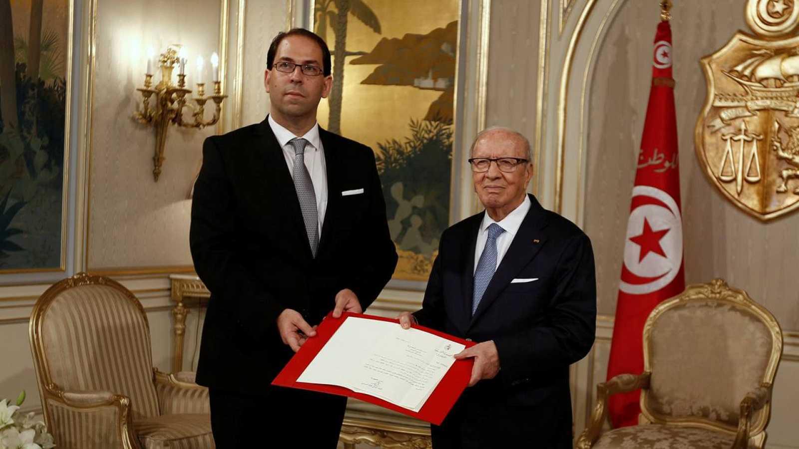 El presidente de Túnez Beji Caid Essebsi, se reúne con el nuevo primer ministro Youssef Chahed