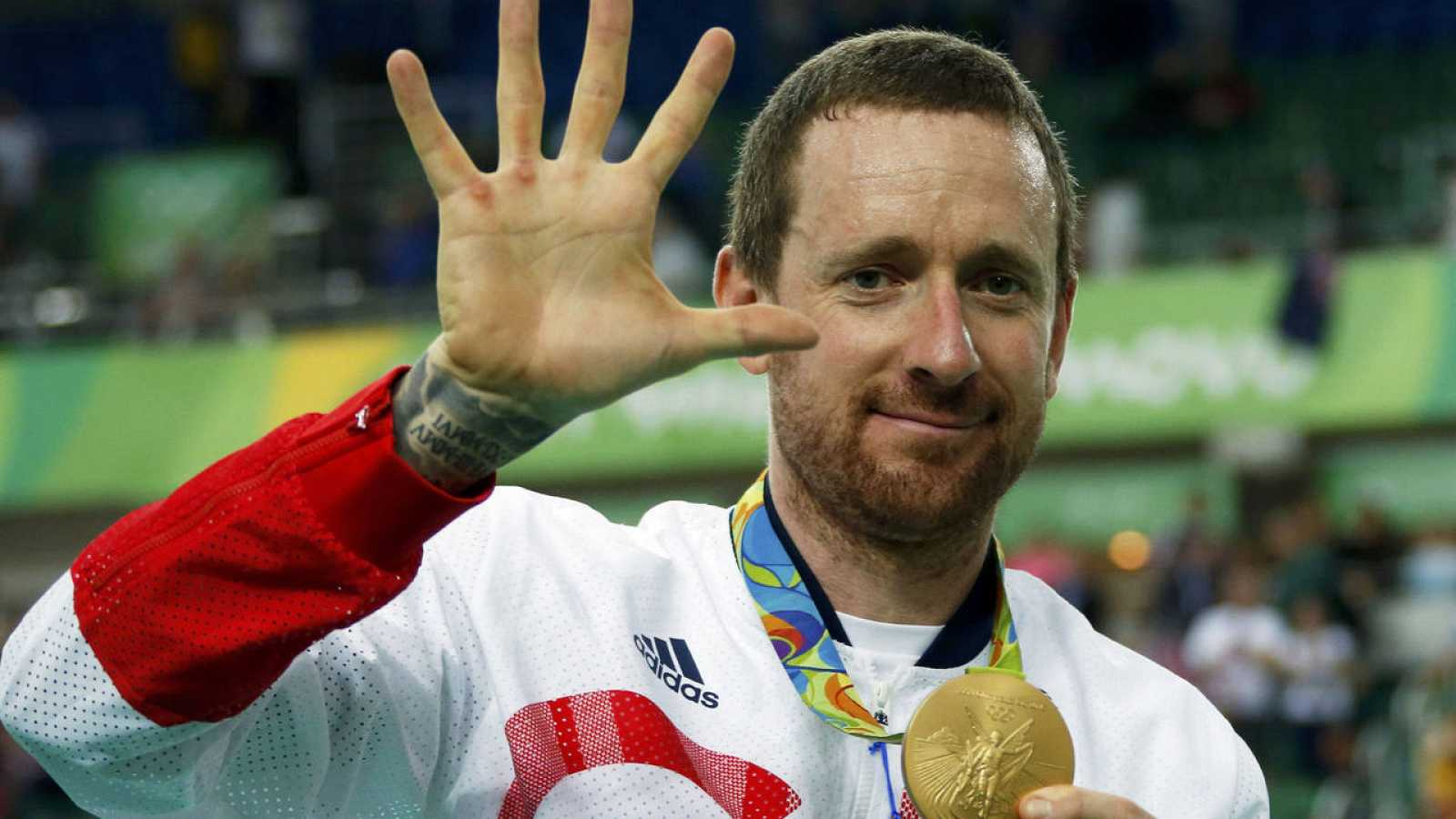 Bradley Wiggins muestra los cinco dedos festejando sus cinco oros en Juegos Olímpicos, tras el logrado en Río en persecución por equipos.