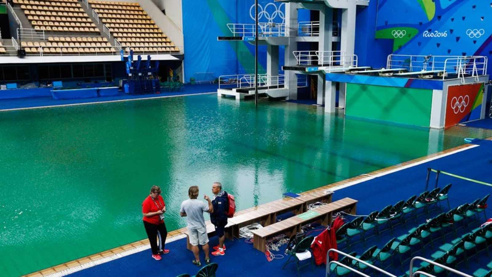 Imagen de la piscina de saltos, con el característico color verdoso