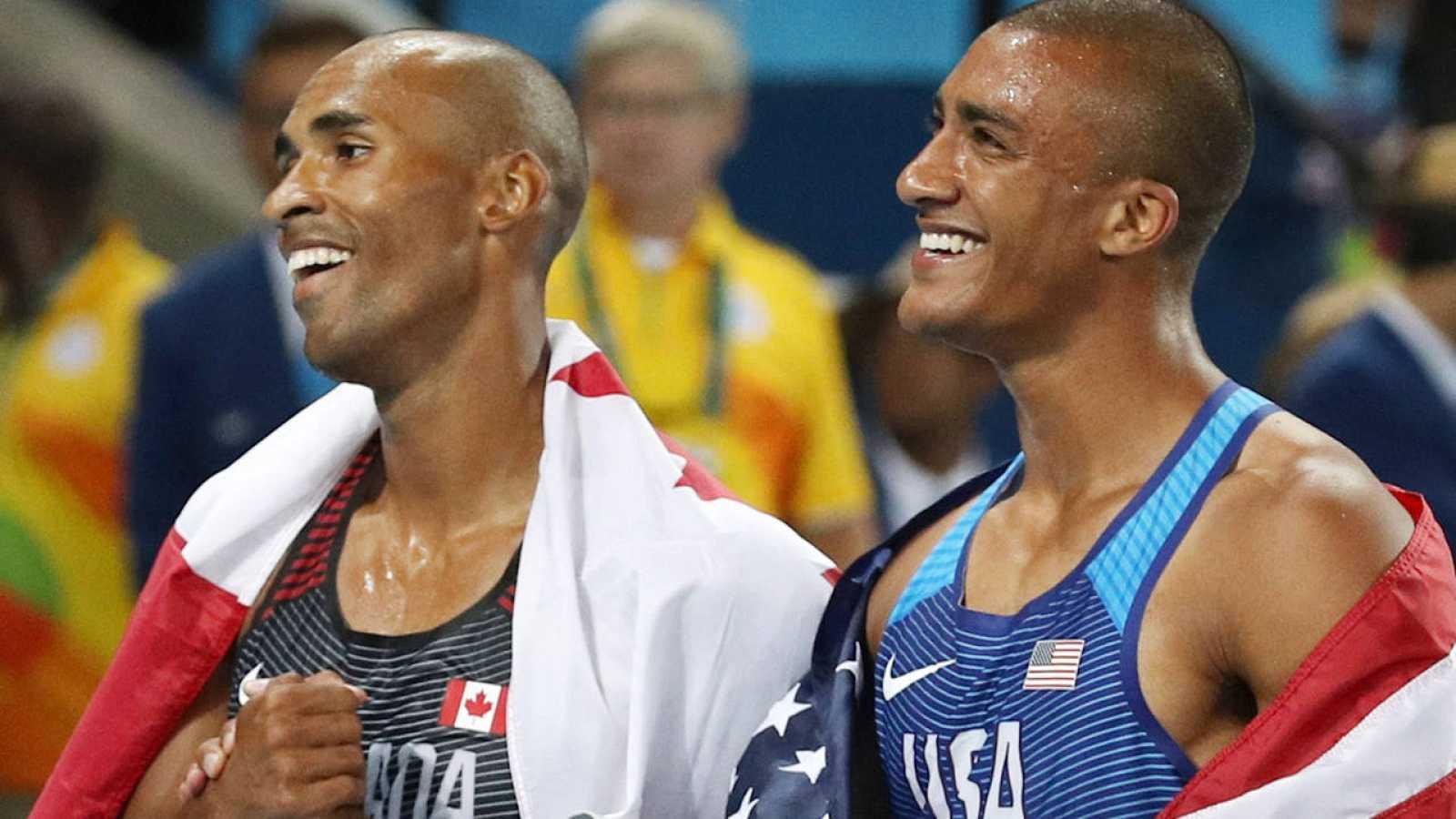 Ashton Eaton (derecha) celebra su oro en decatlón