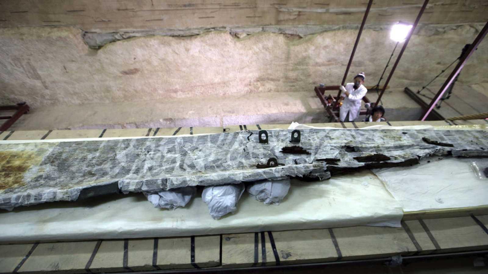 Viga de madera de la segunda barca solar del faraón Keops en Guiza