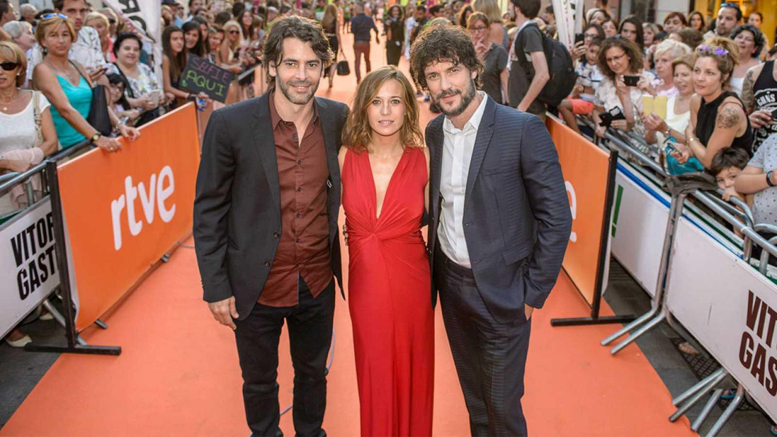 Eduardo Noriega, Marta Etura y Daniel Grao en la alfombra naranja de Vitoria