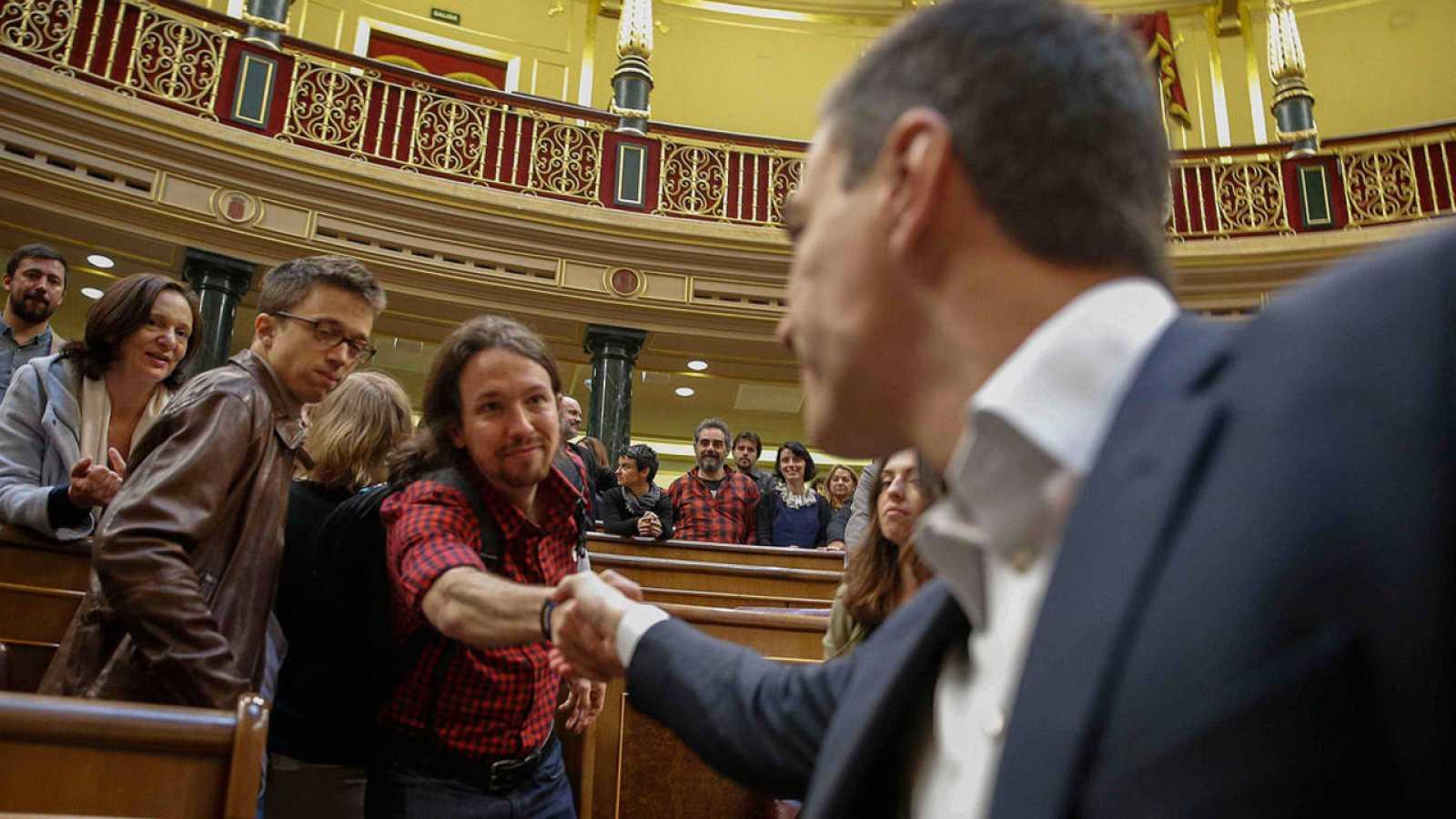 Pablo Iglesias y Pedro Sánchez se saludan en el hemiciclo del Congreso, el pasado mes de abril.