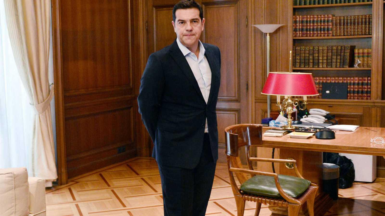 El primer ministro griego, Alexis Tsipras, en su despacho de Atenas