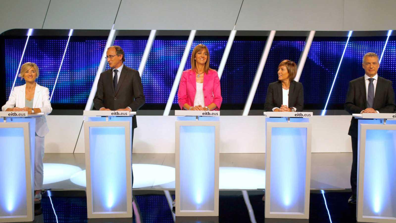 Pili Zabala (Podemos), Alfonso Alonso (PP), Idoia Mendia (PSE), Miren Larrion (EH Bildu) e Iñigo Urkullu (PNV), antes de debate en la ETB.