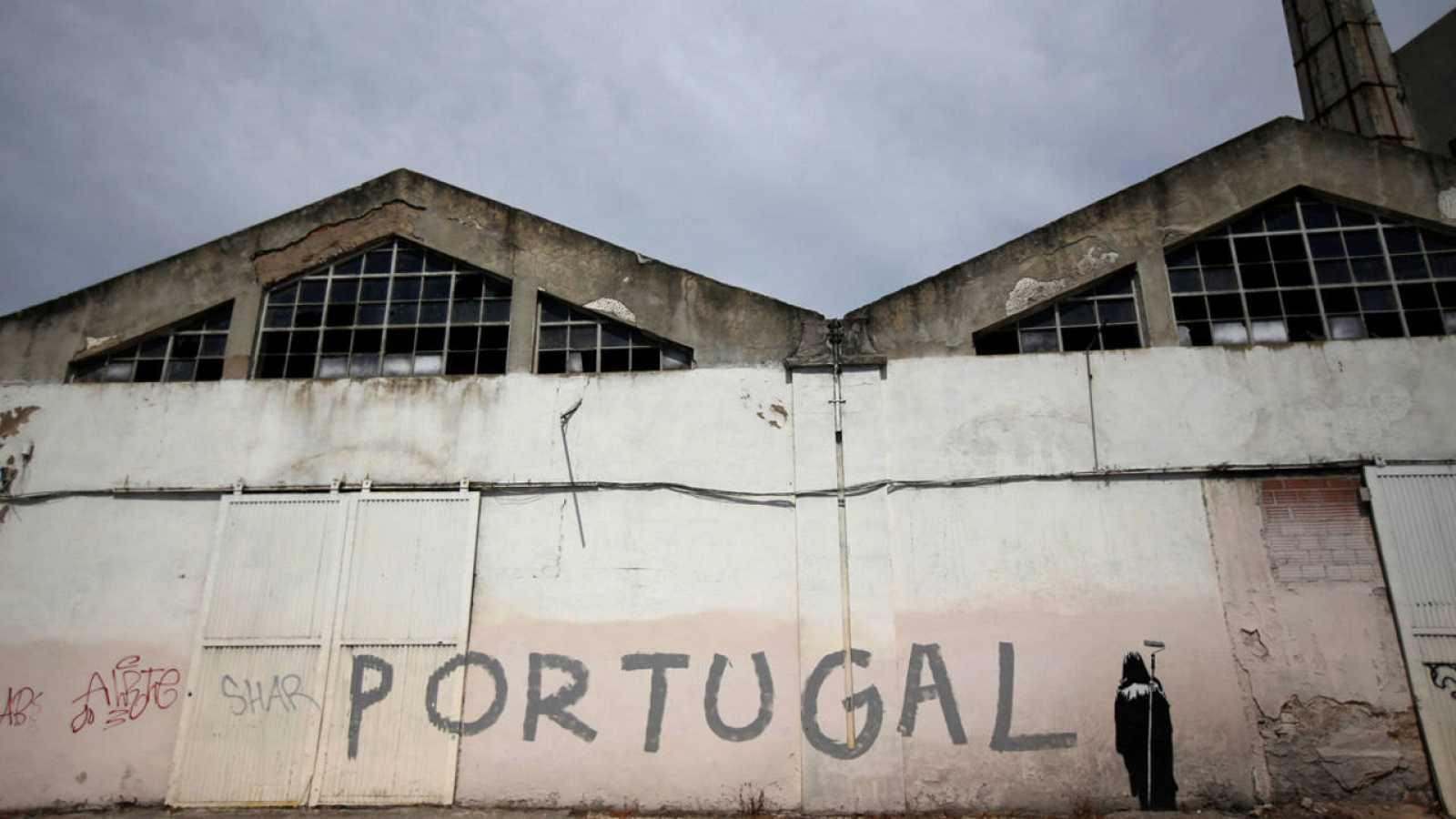 Un grafiti en una fábrica abandonada en Lisboa, Portugal