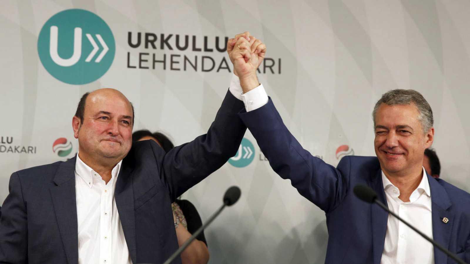 El presidente del PNV, Andoni Ortuzar (i) junto al ganador de las elecciones vascas y actual lehendakari, Iñigo Urkullu