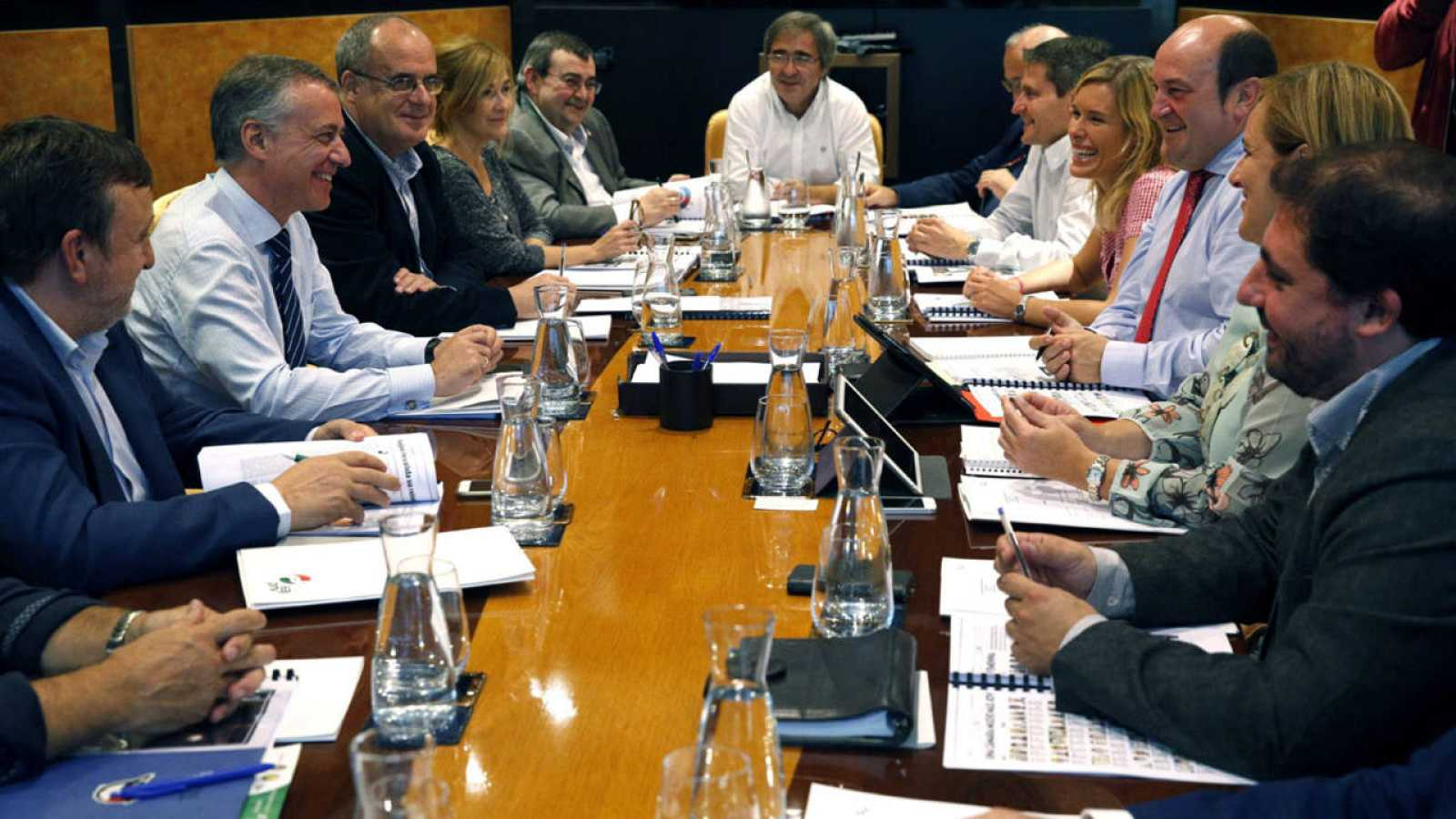 Los miembros del EBB presidida por Andoni Ortuzar, (tercero por la derecha) y el lehendakari Iñigo Urkullu, segundo por la izquierda