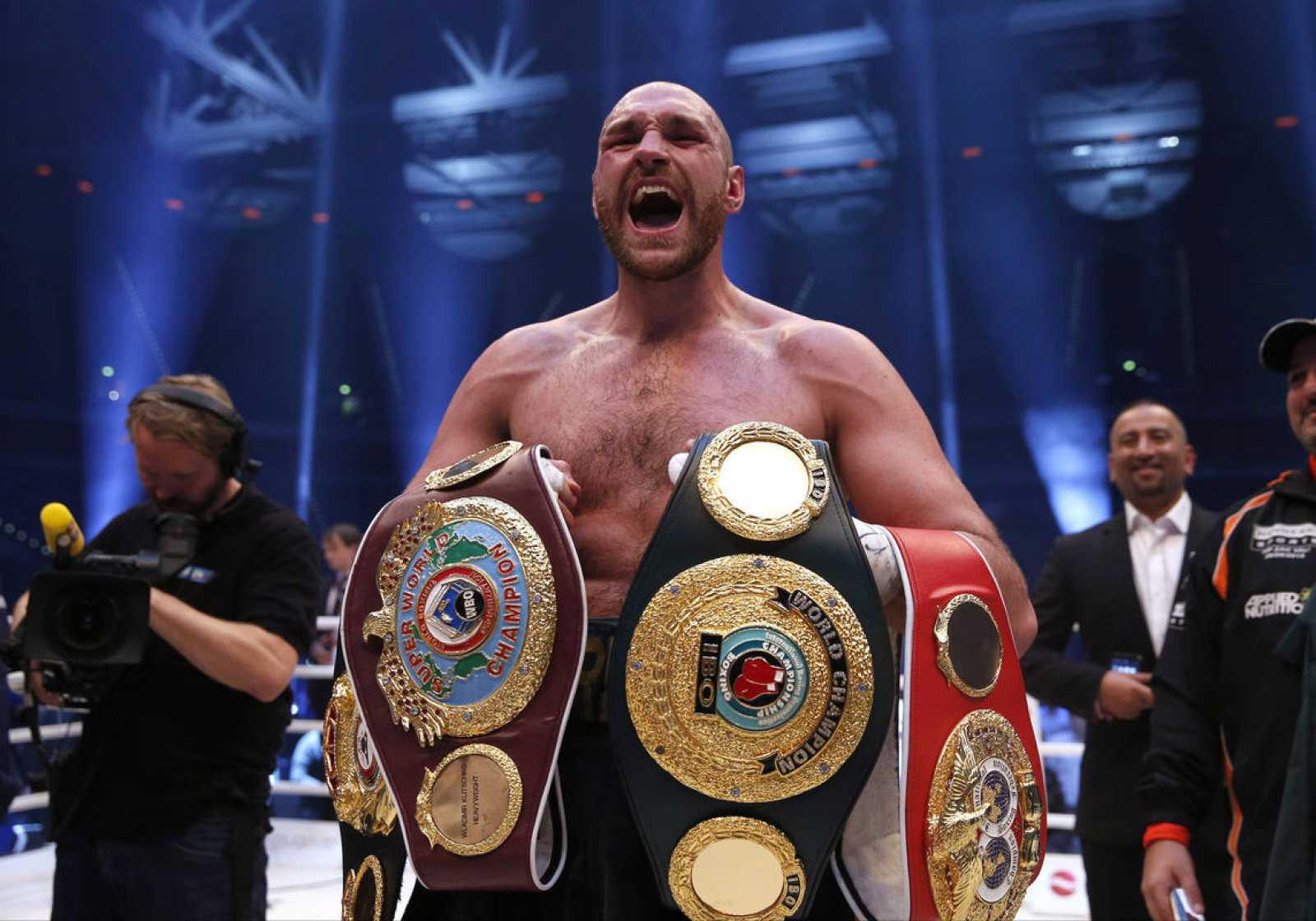 Tyson Fury posa con sus cinturones de campeón tras derrotar a Wladimir Klitschko.
