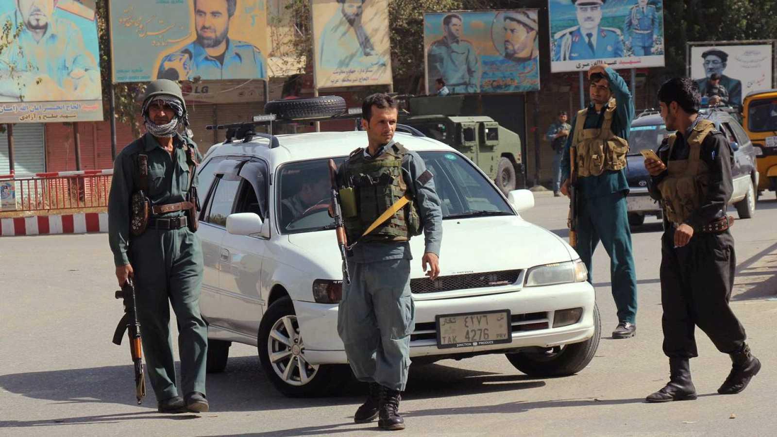 Policías afganos patrullan el centro de la ciudad afgana de Kunduf