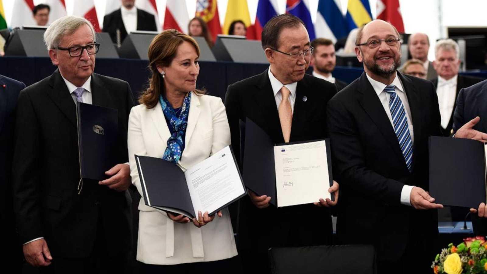 Jean-Claude Juncker, Segolene Royal, Ban Ki-moon y Martin Schulz posan tras la ratificación del acuerdo por parte de la UE.