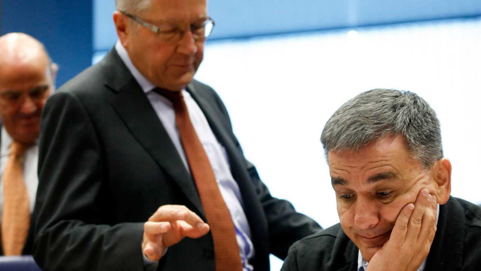 El jefe del Mecanismo Europeo de Estabilidad (MEDE), Klaus Regling, habla con el ministro de Finanzas de Grecia, Euclides Tsakalotos, durante el Eurogrupo