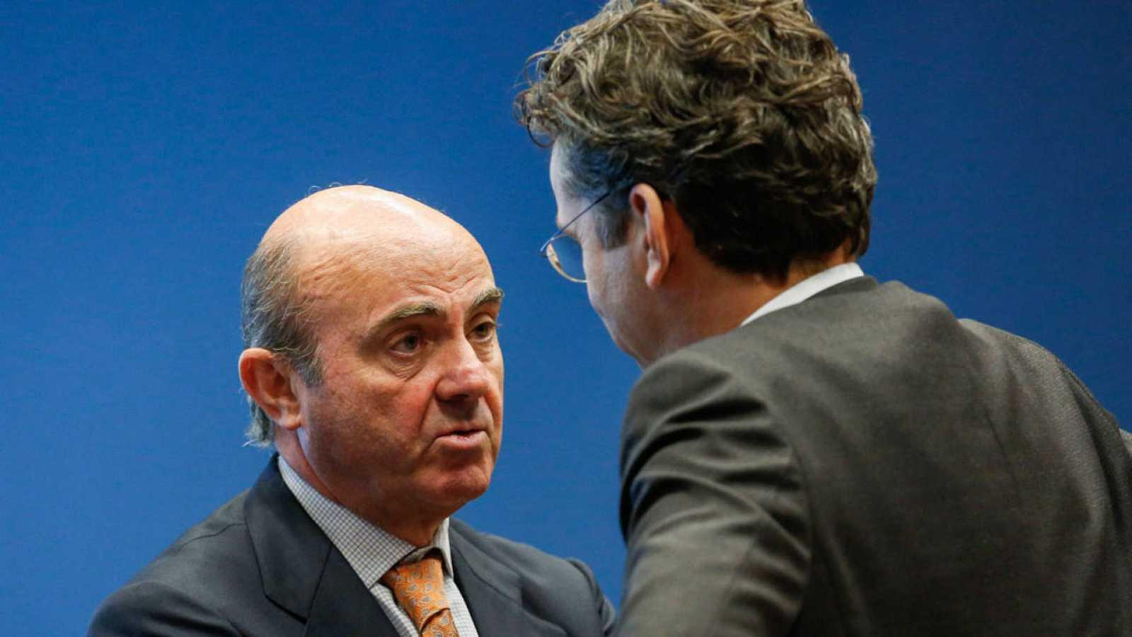 El ministro de Economía español, Luis de Guindos, habla con el presidente del Eurogrupo, Jeroen Dijsselbloem