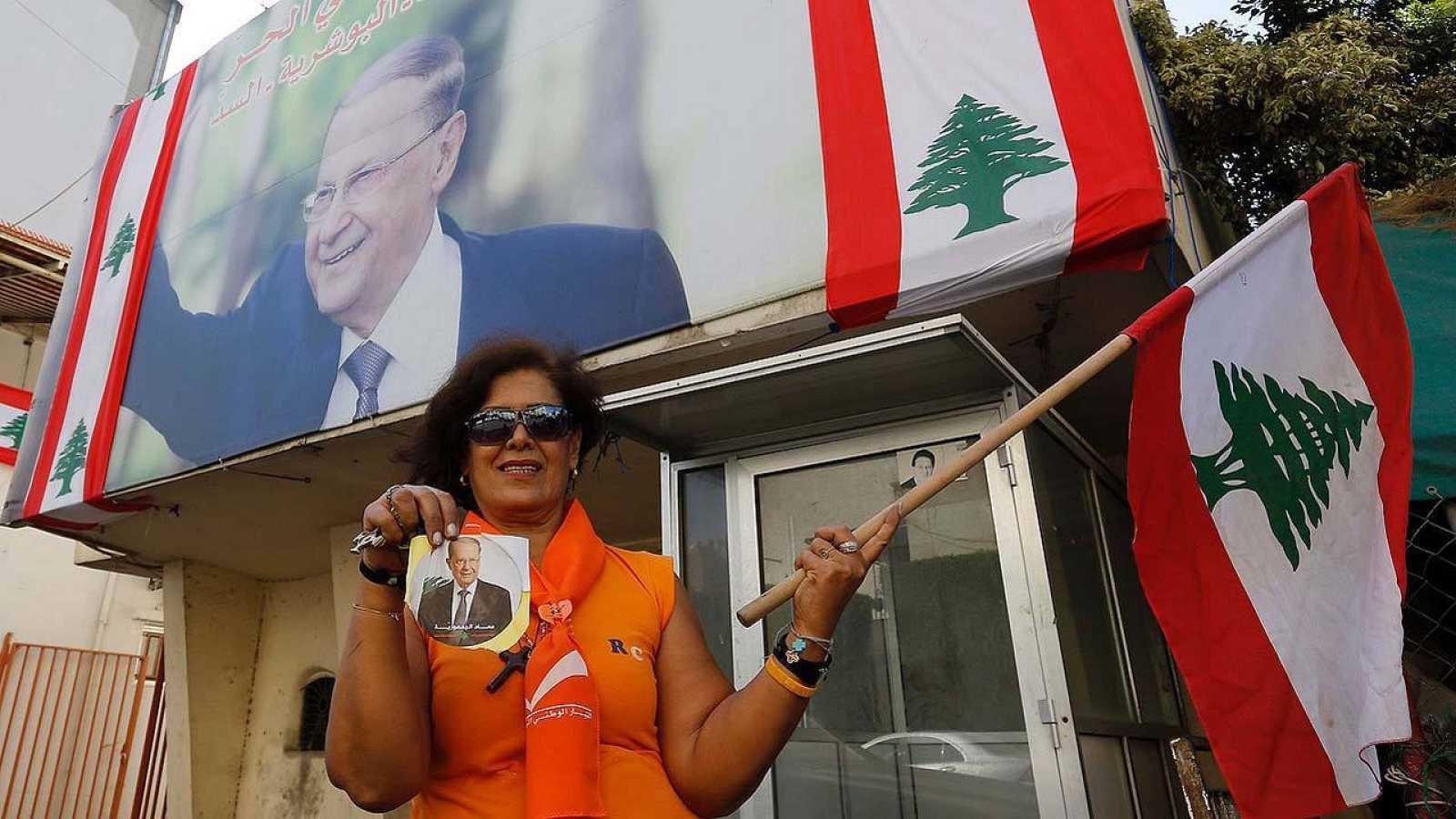 Una partidaria del presidente libanés Michel Aoun antes de la celebración de la sesión parlamentaria en la que ha sido nombrado