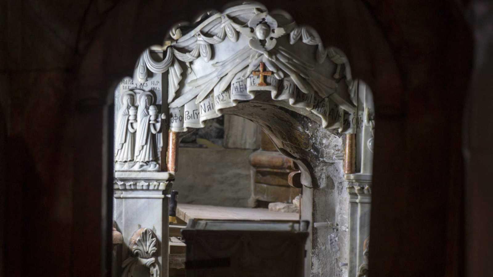 Situado en el corazón de la ciudad vieja de Jerusalén, el Santo Sepulcro es el lugar más sagrado para el cristianismo.
