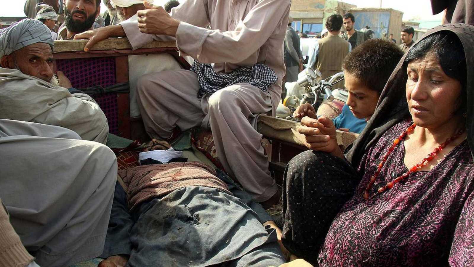 Familiares de un de los fallecidos en combates entre talibanes y miembros de las fuerzas de seguridad afganas en Kunduz, Afganistán, el 3 de noviembre de 2016. REUTERS/Nasir Wakif