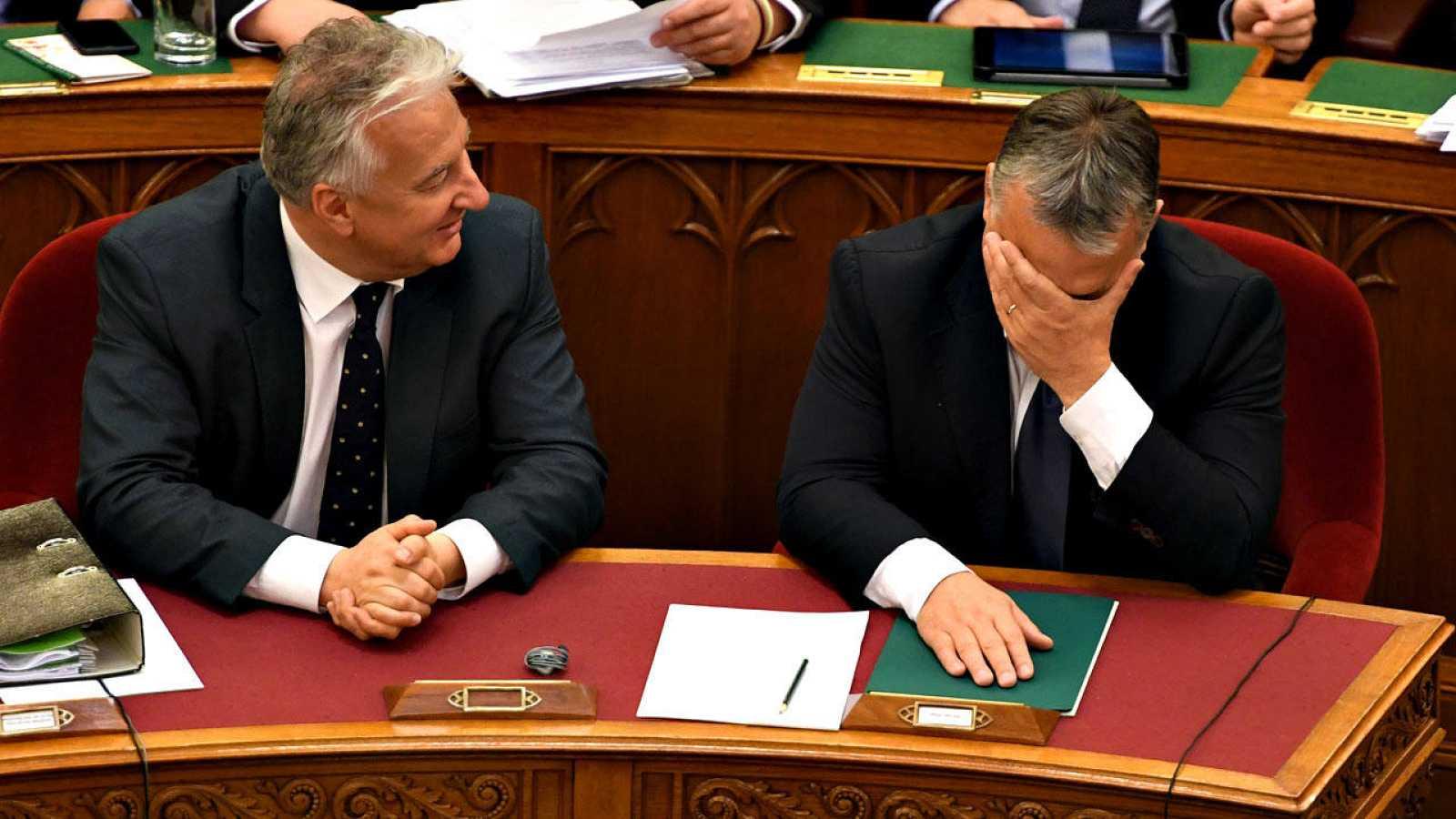 A la derecha, el primer ministro húngaro, Viktor Orbán, se lamenta durante la sesión parlamentaria que ha rechazado su enmienda constitucional sobre refugiados
