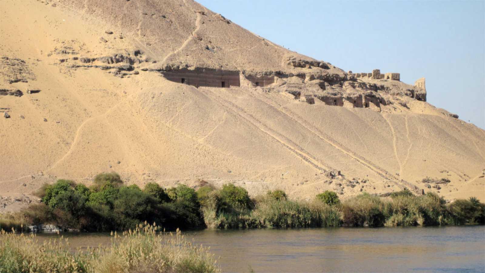 Vista de la necrópolis de Qubbet el-Hawa, junto al río Nilo.