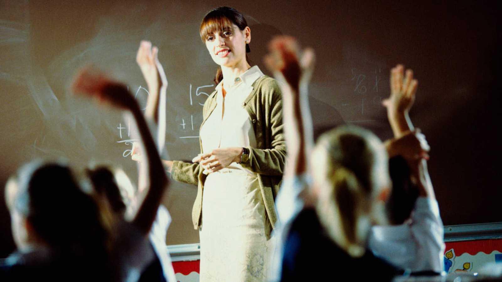 Una profesora dando clase en un aula