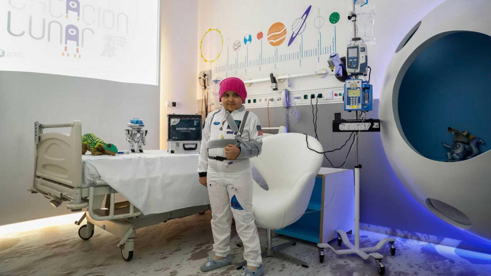 Una de las habitaciones de aislamiento del Hospital Materno Infantil del Gregorio Marañón que recrean una estación lunar