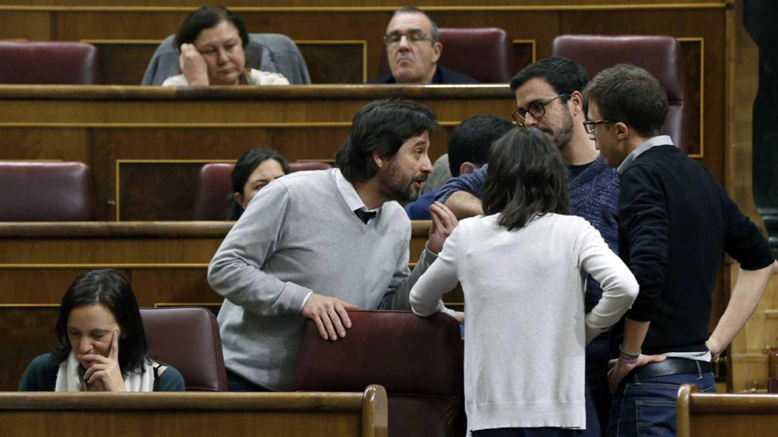 Los diputados de Unidos Podemos conversan durante el pleno del Congreso de los Diputados