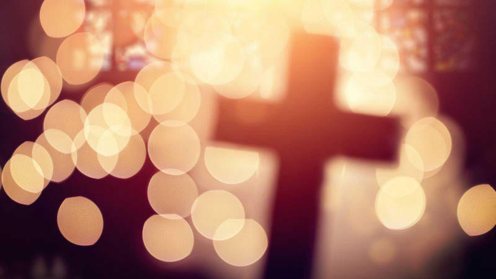 Una cruz cristiana en el interior de una iglesia