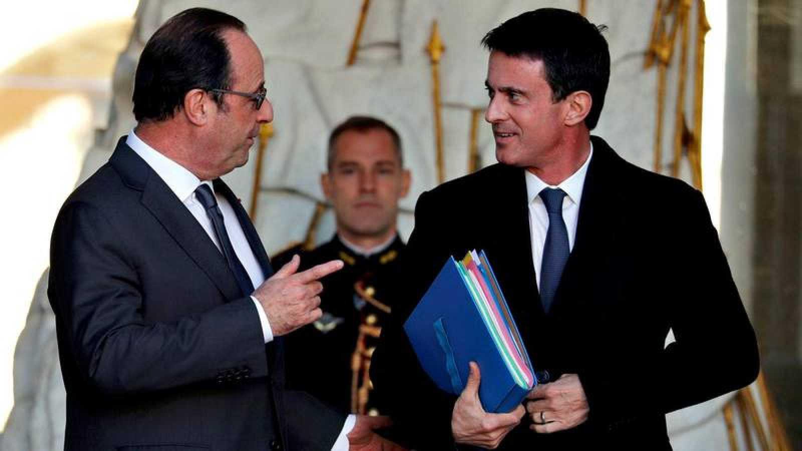El presidente francés, Françóis Hollande (a la izquierda), charla con el primer ministro, Manuel Valls
