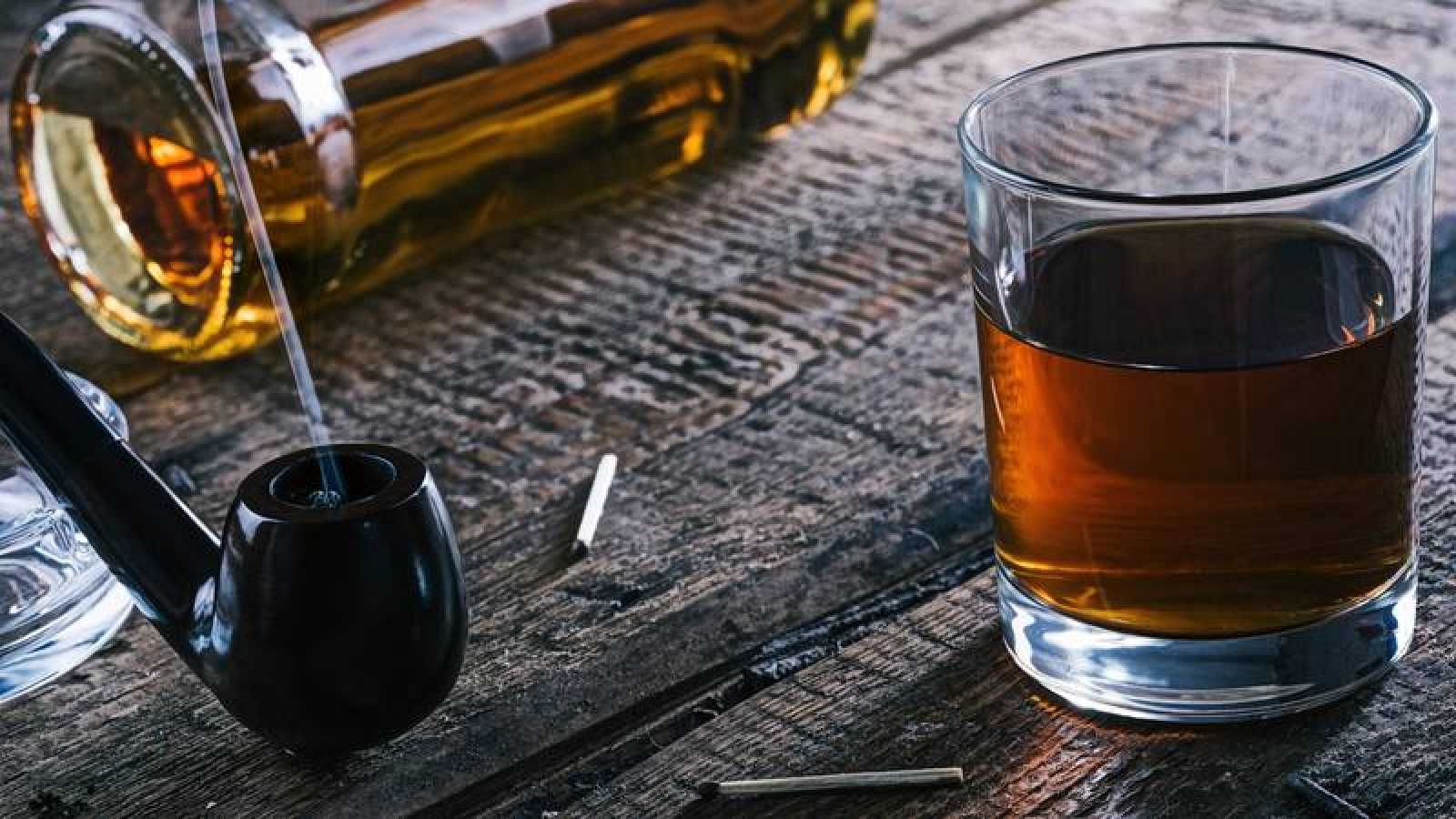 Whisky and smoking pipe