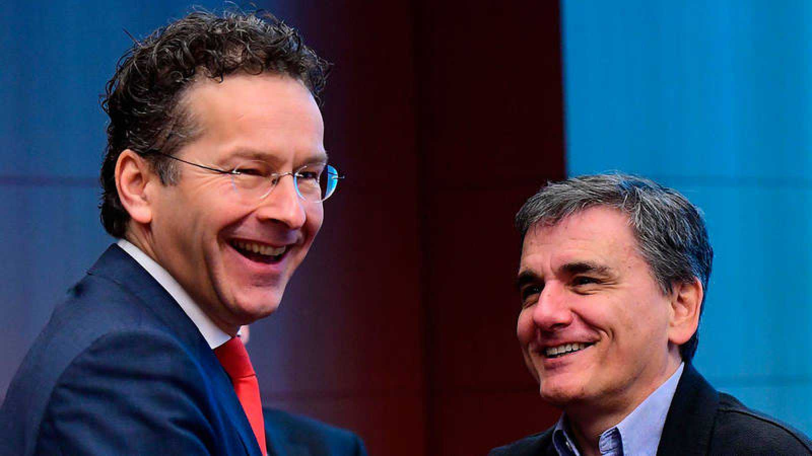 El presidente del Eurogrupo, Jeroen Dijsselbloem (L), y el ministro griego de Finanzas, Euclid Tsakalotos