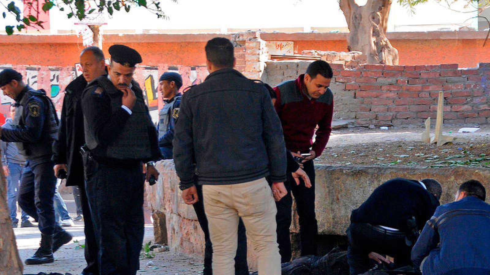 Las autoridades trabajan en el lugar del atentado en el barrio de Al Talebiya, en El Cairo