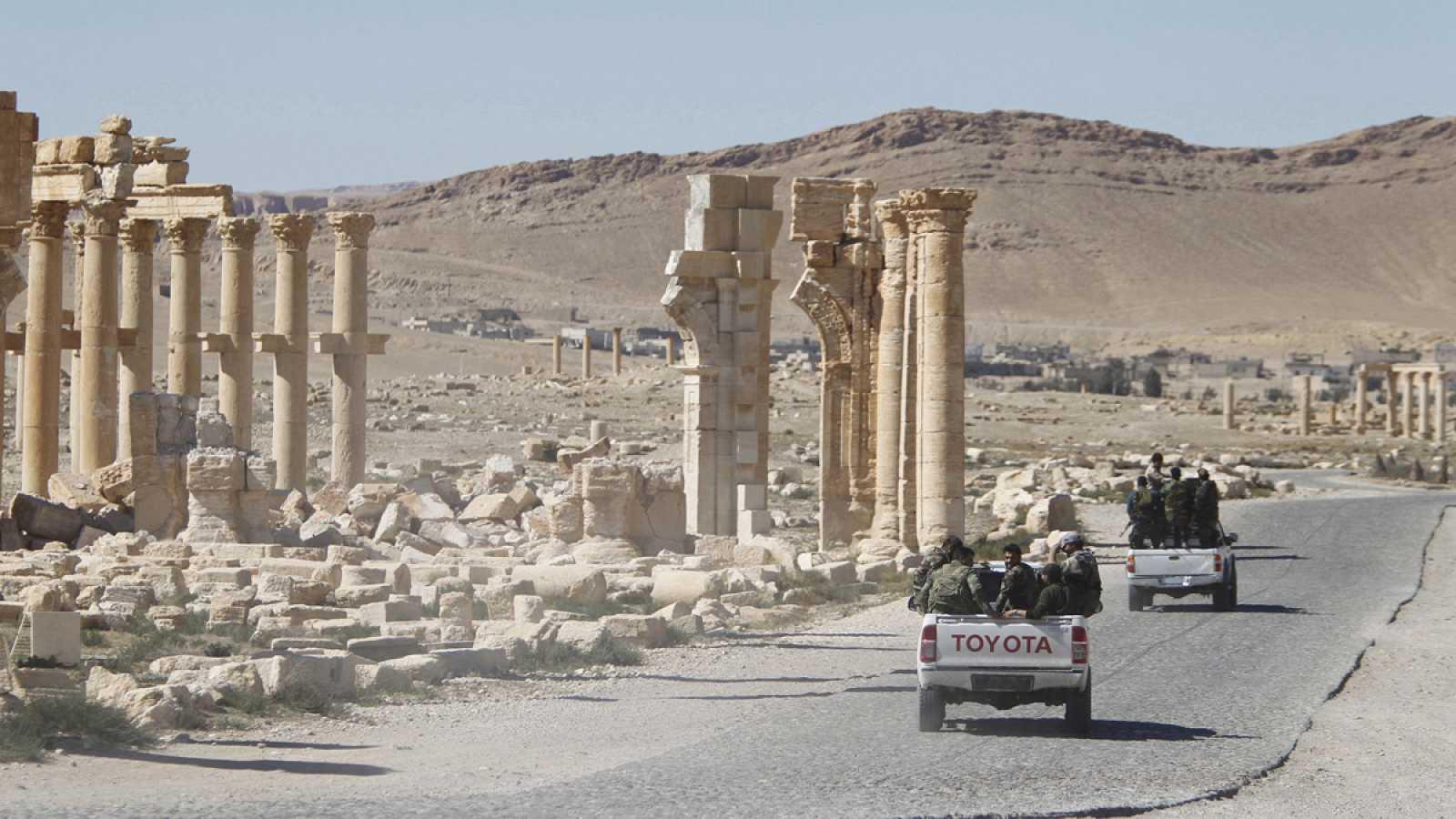 Imagen de archivo del ejército sirio pasando por el Arco del Triunfo de la ciudad de Palmira, en la privincia siria de Homs.