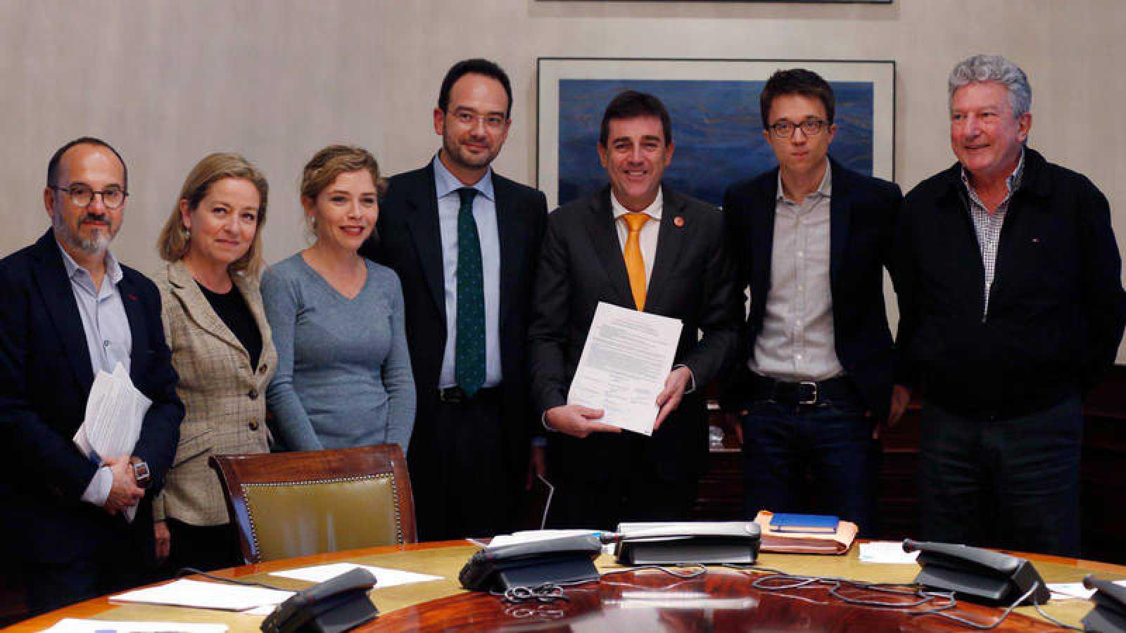 El presidente del Observatorio Estatal de la Dependencia, José Manuel Ramírez (c), junto a los portavoces de los partidos que han firmado un pacto por la dependencia.