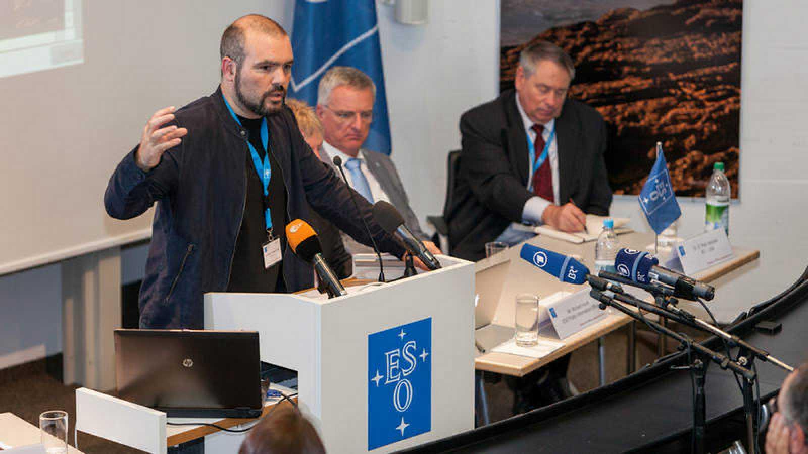El profesor Guillem Anglada-Escudé, explicando el hallazgo del planeta Próxima b.
