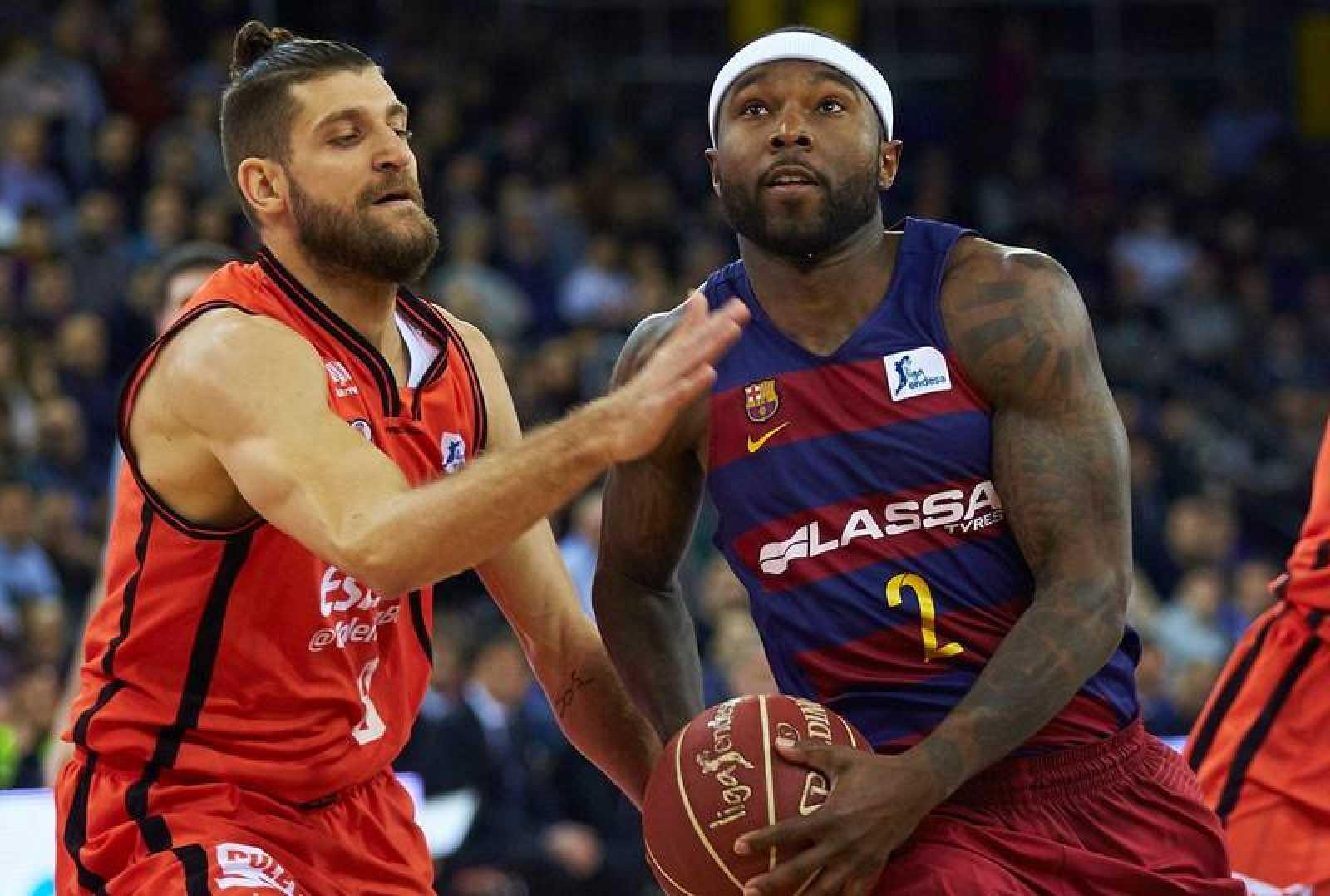 Tyrese Rice con el balón ante el escolta francés del Valencia Basket Antoine Diot.