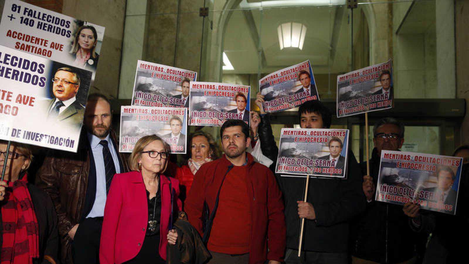 Representantes de la Plataforma Víctimas Alvia 04155 a la salida del Ministerio de Fomento