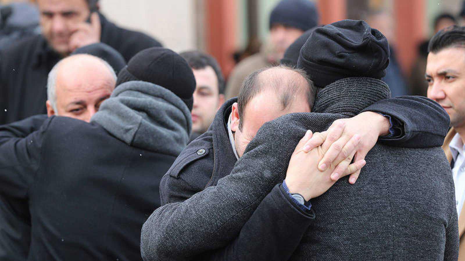 Familiares de las víctimas del atentado en Estambul