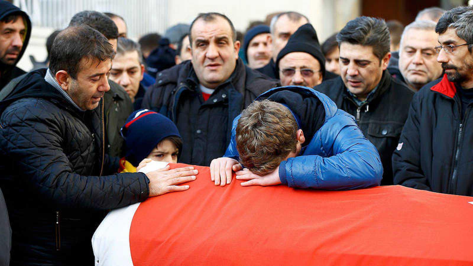 Familiares de Ayhan Arik, una de las víctimas del ataque al club Reina, lloran sobre su féretro