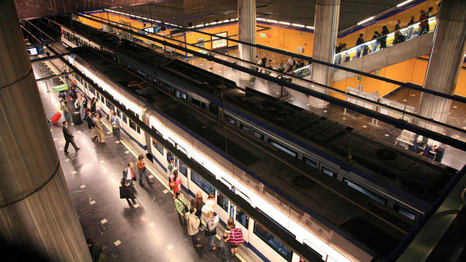 Pasajeros suben y bajan del tren en la estación del Aeropuerto de la línea 8 de Metro.