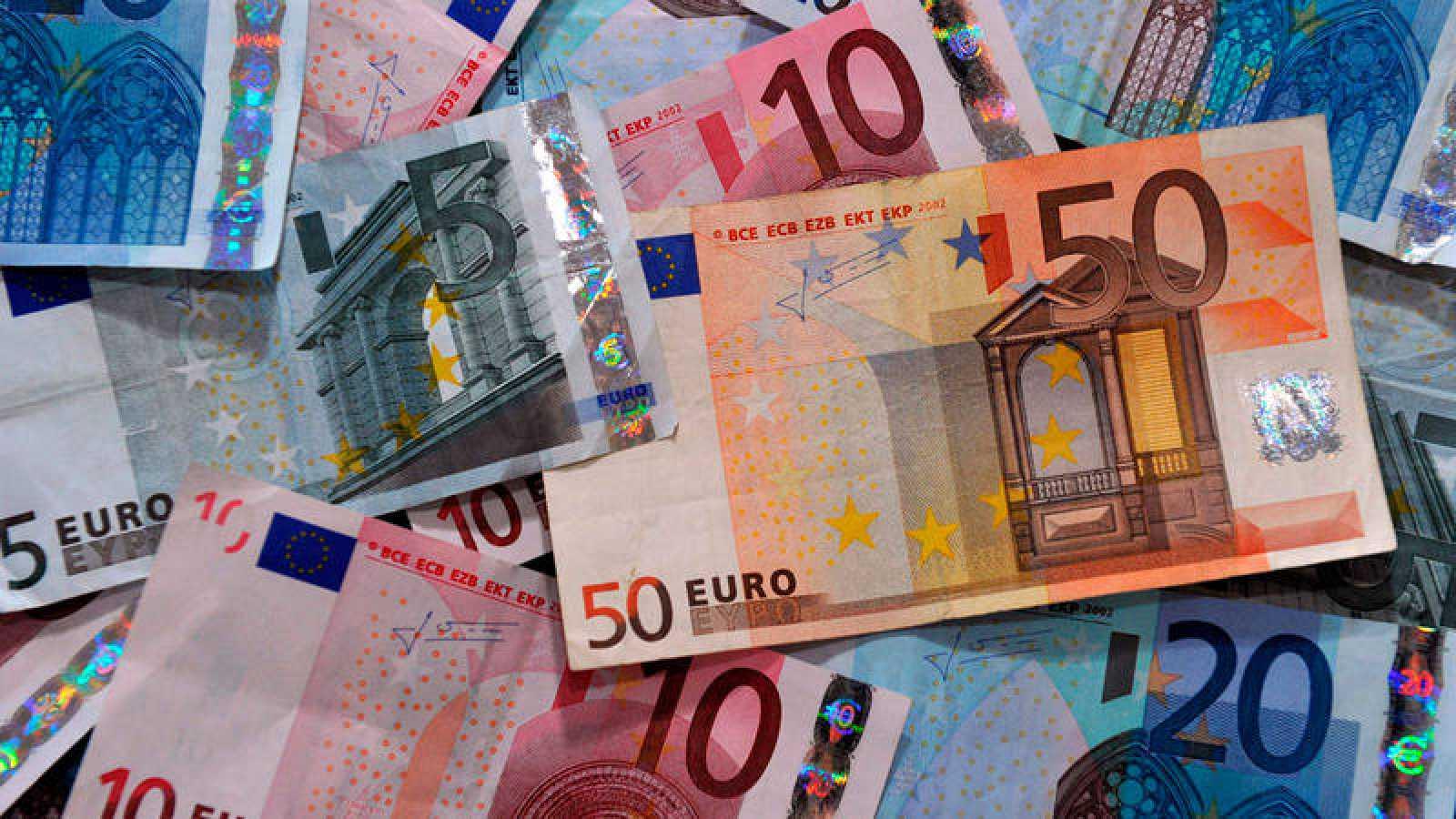 Billetes de euro de varias denominaciones