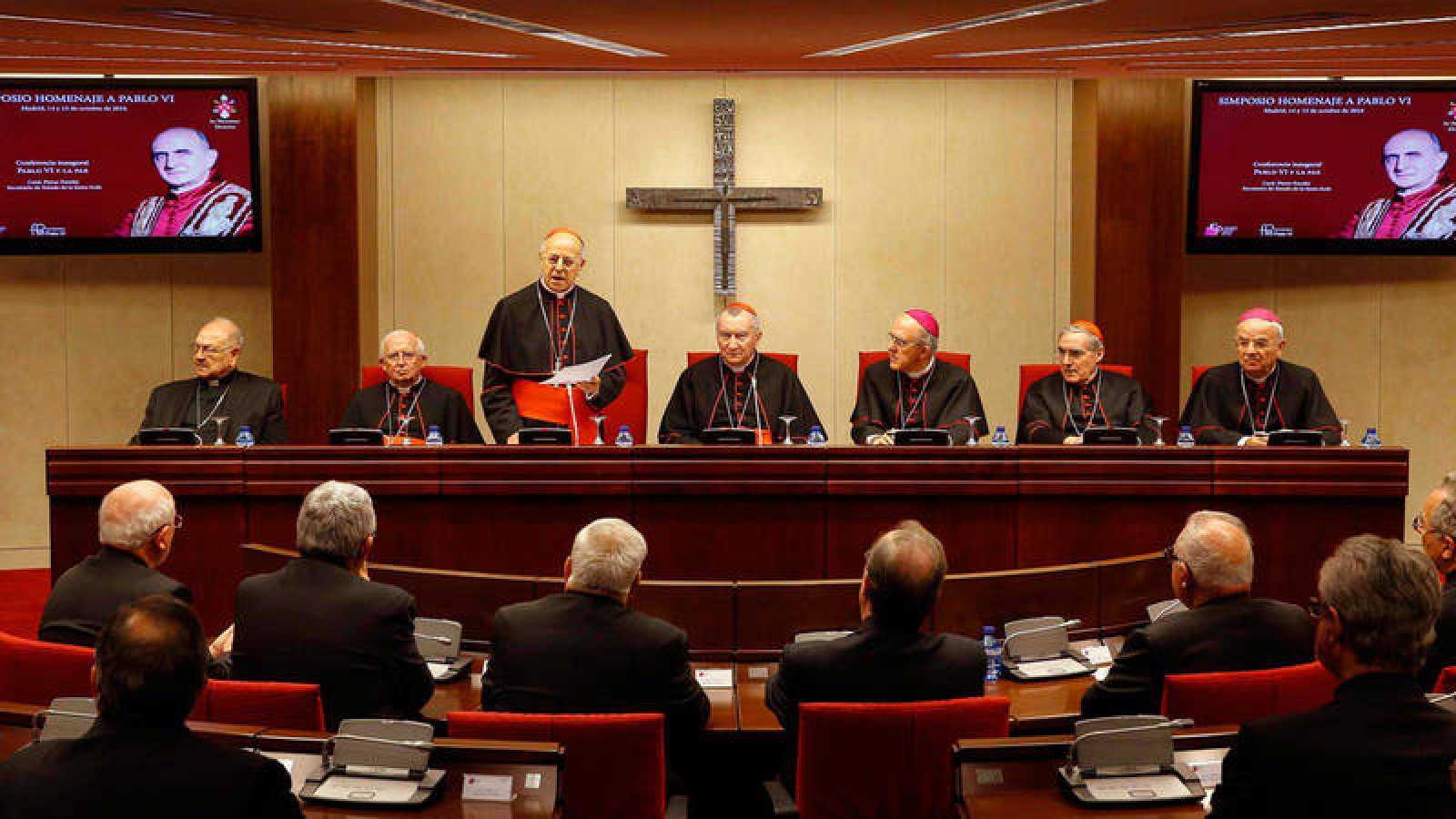 El presidente de la Conferencia Episcopal Española (CEE), Ricardo Blázquez (3i), junto al secretario de Estado de la Santa Sede, cardenal Pietro Parolin (c)