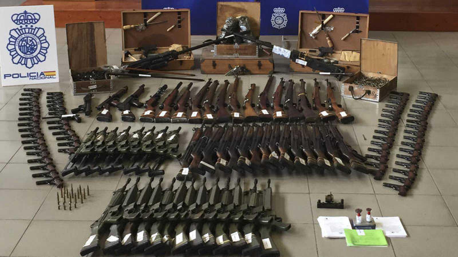 Las armas y dinero del que se ha incautado la Policía Nacional en una operación en varias provincias